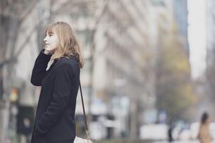 日本・東京のビジネス街を歩くの写真素材 [FYI04893147]