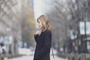 日本・東京のビジネス街を歩くの写真素材 [FYI04893148]