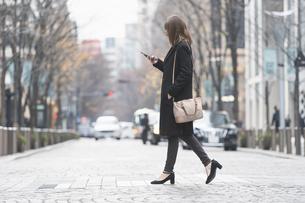 スマートフォンを操作する女性の写真素材 [FYI04893149]