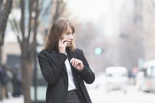 スマートフォンで通話する女性の写真素材 [FYI04893151]