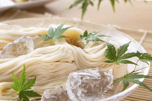 素麺を食べるの写真素材 [FYI04893216]