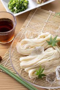 素麺を食べるの写真素材 [FYI04893217]