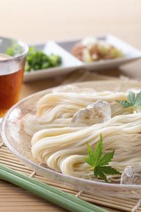 素麺を食べるの写真素材 [FYI04893219]