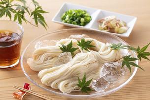 素麺を食べるの写真素材 [FYI04893227]