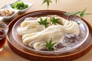 素麺を食べるの写真素材 [FYI04893234]