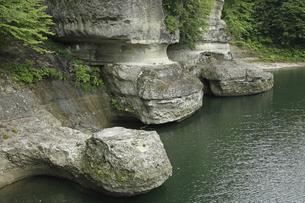 【地学教材】 6月 緑の塔のへつり -河川浸食の例  -の写真素材 [FYI04893563]