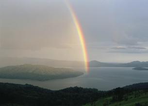 屈斜路湖と虹(北海道・弟子屈町)の写真素材 [FYI04894020]