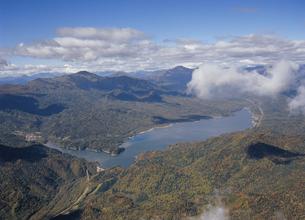 空から見る糠平湖の全景(北海道・上士幌町)の写真素材 [FYI04894043]