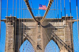ニューヨーク、ブルックリン橋にはためく星条旗の写真素材 [FYI04894253]
