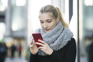 スマートフォンを操作する女性の写真素材 [FYI04894356]