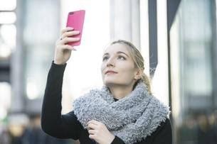 スマートフォンで撮影する女性の写真素材 [FYI04894357]