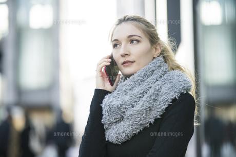 電話する女性の写真素材 [FYI04894360]