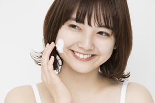 美容イメージ・顔に泡をつける女性の写真素材 [FYI04894393]