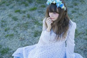 青い花冠を着けた女性ポートレートの写真素材 [FYI04894406]