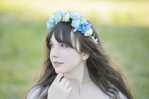 青い花冠を着けた女性ポートレートの写真素材 [FYI04894408]