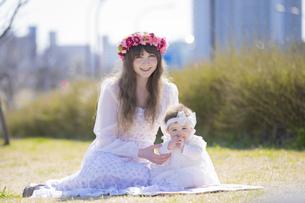 公園で遊ぶ親子の写真素材 [FYI04894414]