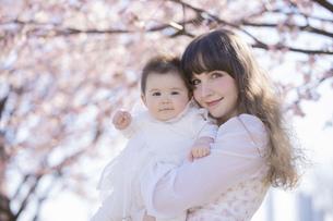 桜を楽しむ赤ちゃんとお母さんの写真素材 [FYI04894420]