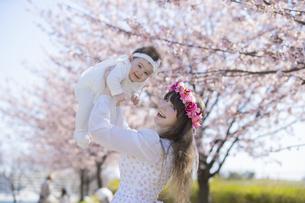 桜を楽しむ赤ちゃんとお母さんの写真素材 [FYI04894424]