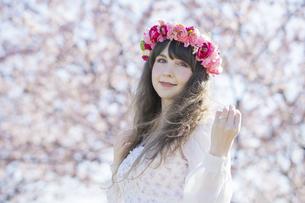 桜の花を楽しむ女性の写真素材 [FYI04894430]