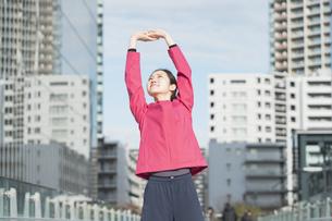 都市生活・運動する女性の写真素材 [FYI04894444]