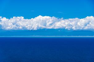伊豆 沼津土肥線用心崎付近より青空の夏雲に駿河湾と富士市方面を望むの写真素材 [FYI04894454]