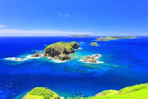 小笠原国立公園 母島の小富士より丸島瀬戸などの島々を望むの写真素材 [FYI04894624]
