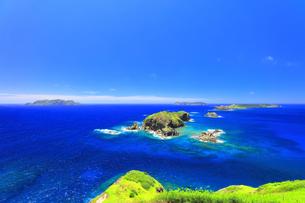 小笠原国立公園 母島の小富士より丸島瀬戸などの島々を望むの写真素材 [FYI04894626]