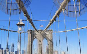 ニューヨーク、摩天楼を背景にブルックリン橋にはためく星条旗の写真素材 [FYI04894738]