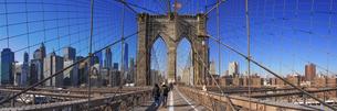 ニューヨーク、摩天楼を背景にブルックリン橋にはためく星条旗の写真素材 [FYI04894741]