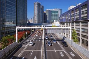 晴れ渡った都心の風景 首都高速道路(浜崎橋JCTから汐留JCT間)の写真素材 [FYI04894746]