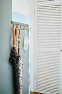 玄関先に置かれている傘とマスクの写真素材 [FYI04894769]