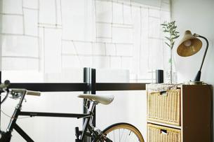 室内に置かれている自転車の写真素材 [FYI04894870]