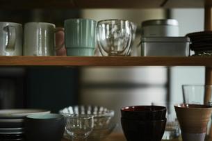 棚に並べられた食器の写真素材 [FYI04894872]