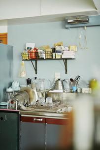 キッチンに置かれている調味料や食器の写真素材 [FYI04894873]
