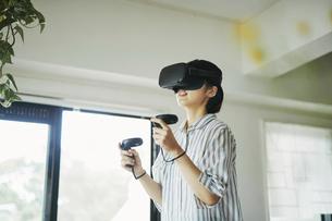バーチャルリアリティゲームをする女性の写真素材 [FYI04894888]