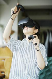 バーチャルリアリティゲームをする女性の写真素材 [FYI04894908]