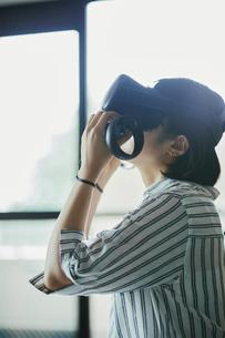 バーチャルリアリティゲームをする女性の写真素材 [FYI04894914]