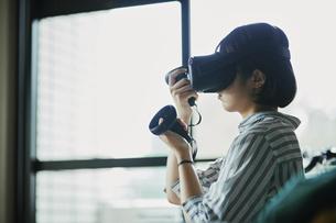 バーチャルリアリティゲームをする女性の写真素材 [FYI04894916]