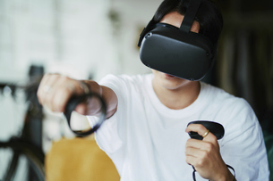 バーチャルリアリティーゲームをする男性の写真素材 [FYI04894924]