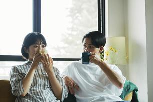 コーヒーを飲むカップルの写真素材 [FYI04894947]