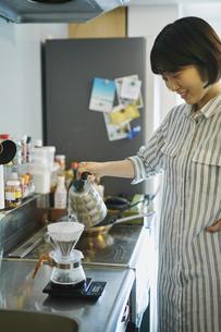 コーヒーを入れる女性の写真素材 [FYI04894972]