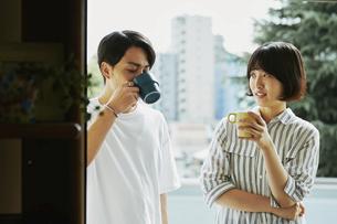 コーヒーを飲むカップルの写真素材 [FYI04894978]