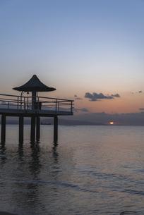 石垣島・フサキビーチからの夕日の写真素材 [FYI04894986]