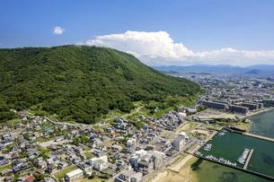 【香川県 高松市】夏の屋島と入道雲 ドローン 空撮の写真素材 [FYI04895335]