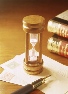 砂時計と万年筆と本の写真素材 [FYI04895376]