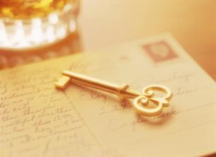 鍵と手紙とウイスキーの写真素材 [FYI04895378]