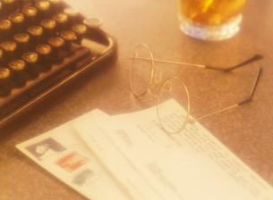 タイプライターと手紙とウイスキーの写真素材 [FYI04895382]