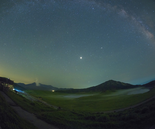熊本県 風景 草千里ヶ浜と星空の写真素材 [FYI04895474]