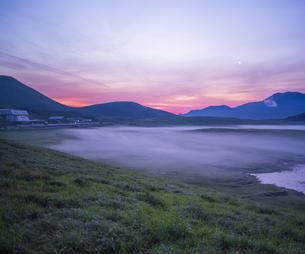 熊本県 風景 草千里ヶ浜朝景の写真素材 [FYI04895482]