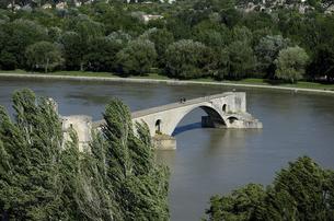 アヴィニヨンのサン・ベネゼ橋の写真素材 [FYI04895521]